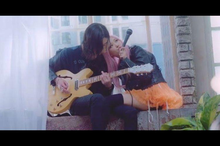 Rose BLACKPINK dalam video musik Lovesick Girls.