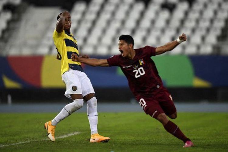 Ekspresi Ronald Hernandez (kanan) saat mencetak gol pada masa injury time babak kedua laga Grup B Copa America 2021, Venezuela vs Ekuador, yang dihelat di Nilton Santos Stadium, Senin (21/6/2021) pagi WIB.