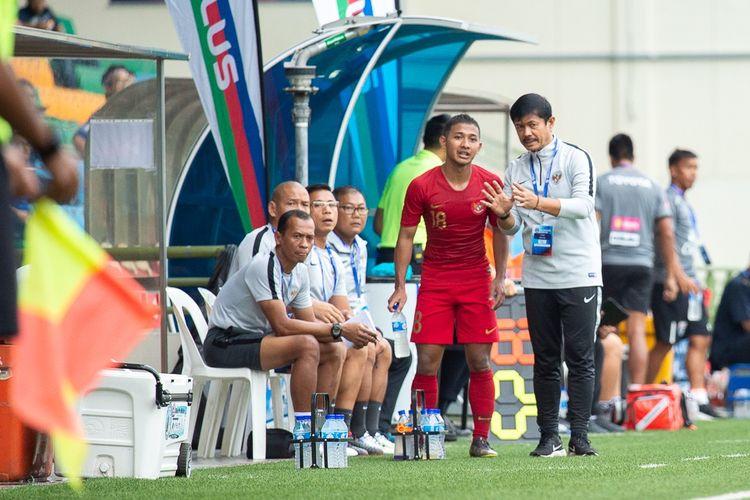Pelatih tim nasional U-23 Indonesia, Indra Sjafri, sedang memberikan instruksi kepada Gian Zola Nugraha pada laga Merlion Cup 2019 kontra Thailand, di Stadion Jalan Besar, Singapura, Jumat (7/6/2019).