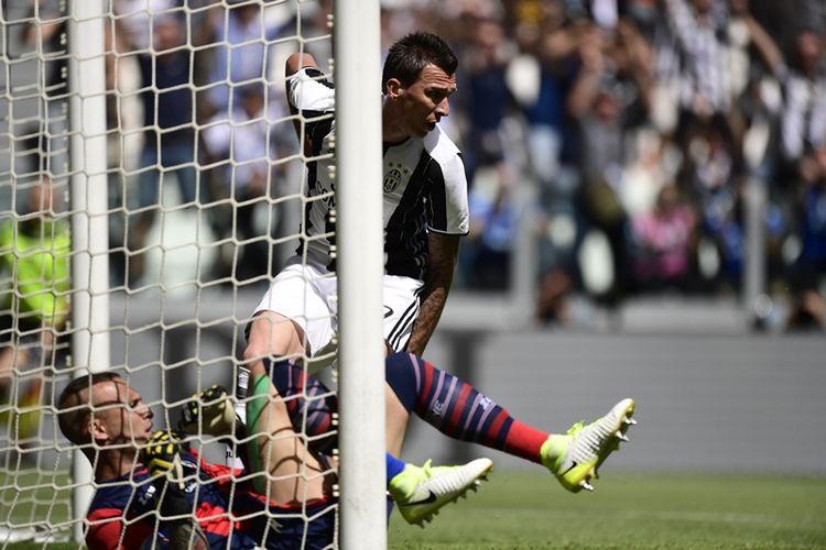 Striker Juventus asal Kroasia, Mario Mandzukic, mencetak gol ke gawang Crotone pada pertandingan Serie A di Juventus Stadium, Turin, Minggu (21/5/2017).