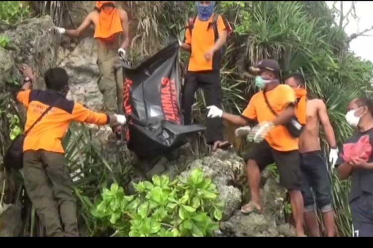 Proses Evakuasi Sesosok mayat tanpa identitas ditemukan di tebing pantai Tenggole, Desa Tepus, Kecamatan Tepus, Kabupaten Gunungkidul, Yogyakarta Senin (3/6/2019) petang.