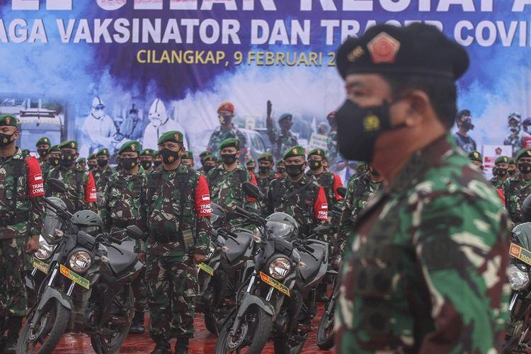 Panglima TNI Marsekal TNI Hadi Tjahjanto mengecek kesiapan prajurit saat Apel Kesiapan Tenaga Vaksinator dan Tracer COVID-19 di Mabes TNI, Cilangkap, Jakarta, Selasa (9/2/2021). TNI dalam rangka tindak lanjut penanganan penyebaran COVID-19 melibatkan prajurit dari Babinsa (500 personel), Babinpotmar (30 personel), Babinpotdirga (30 personel), Puskesad (15 personel vaksinator dan lima unit ambulance), Puskesal dan Pukesau masing-masing sebanyak lima personel vaksinator dan lima unit ambulance. ANTARA FOTO/Asprilla Dwi Adha/rwa.