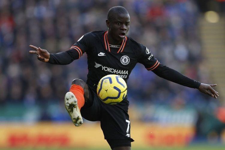 Pemain Chelsea, NGolo Kante, beraksi pada laga Liga Inggris 2019-2020.