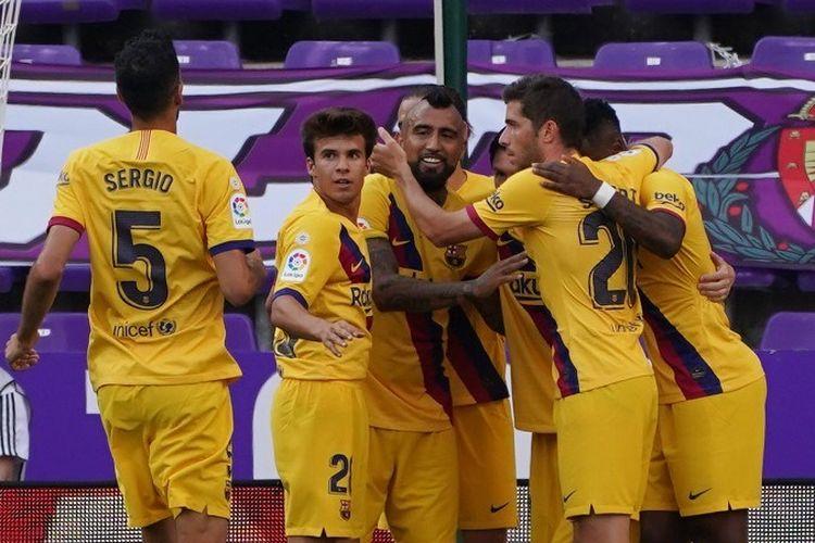 Gelandang Barcelona, Arturo Vidal, merayakan golnya bersama dengan rekan-rekan setim pada laga kontra Vallladolid di Stadion Jose Zorrilla, 11 Juli 2020.