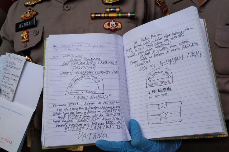 Tulisan dalam buku catatan yang identik dengan tulisan ancaman bom menjadi bahan polisi untuk mendalami teror bom di Kelenteng Kwan Tee Koen.