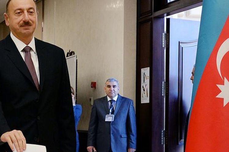 Presiden Azerbaijani, Ilham Aliyev, ketika memberikan suara dalam pemilihan suara di Baku, Rabu (9/10).