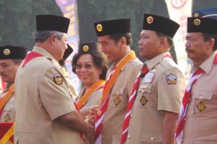 Gubernur DKI Jakarta Joko Widodo mendapat lencana Melati dari Presiden Susilo Bambang Yudhoyono pada Hari Pramuka di Cibubur, Jakarta, Kamis (14/8/2014).
