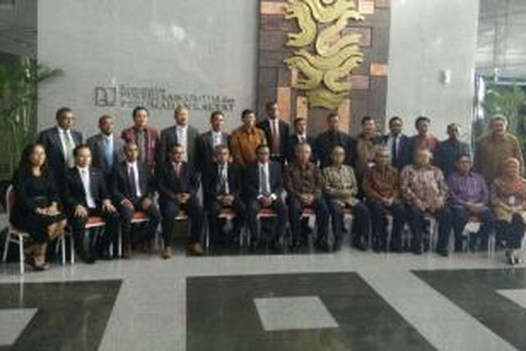Kementerian Pekerjaan Umum, Transportasi dan Komunikasi Republik Demokratik Timor Leste dan Kementerian Pekerjaan Umum dan Perumahan Rakyat Republik Indonesia berpose bersama di Gedung Kementerian PUPR, Jakarta, usai penandatanganan kesepakatan bantuan pembangunan infrastruktur, Jumat (10/4/2015).