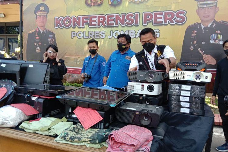 Sejumlah peralatan elektronik hasil pencurian dari beberapa sekolah yang diamankan petugas dan dipublikasikan dalam konferensi pers di Mapolres Jombang, Jawa Timur, Kamis (13/9/2021).