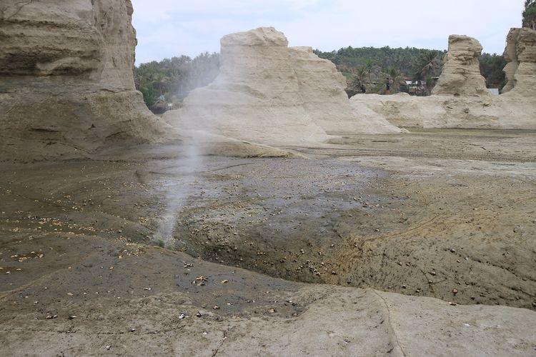 Seruling samudra merupakan sebuah semburan air dari dalam lubang di atas karang Pantai Klayar, Pacitan. Hembusan air ini berbunyi seperti tiupan seruling.