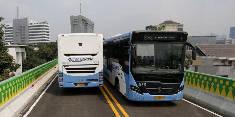 Uji coba pengoperasian layanan bus transjakarta koridor 13 (Tendean-Ciledug), Jakarta, Senin (15/5/2017). Jalur transjakarta sepanjang 9,3 kilometer ini akan dilengkapi 12 halte dan direncanakan beroperasi mulai Juni 2017. KOMPAS IMAGES/KRISTIANTO PURNOMO
