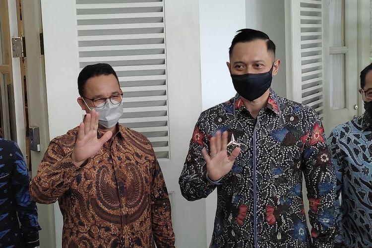 Gubernur DKI Jakarta Anies Baswedan (kiri) bersama Ketua Umum Partai Demokrat Agus Harimurti Yudhoyono (AHY) di Pendopo Balai Kota DKI Jakarta, Kamis (6/5/2021)