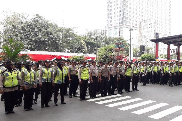 Petugas keamanan gabungan bersiap untuk menjaga acara Karnaval Cap Go Meh di Glodok, Jakarta Barat pada Minggu (4/3/2018).