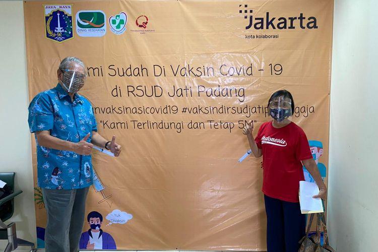 Pasangan suami istri lansia, Shirwan Ananda Idris dan Endang SPL Poesoro Idris usai menerima vaksinasi Covid-19 di RSUD Jati Padang, Pasar Minggu, Jakarta Selatan.