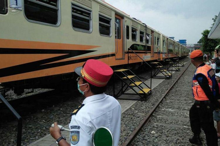 Kereta api komuter yang melayani perjalanan Stasiun Indro Gresik sampai Stasiun Sidoarjo.