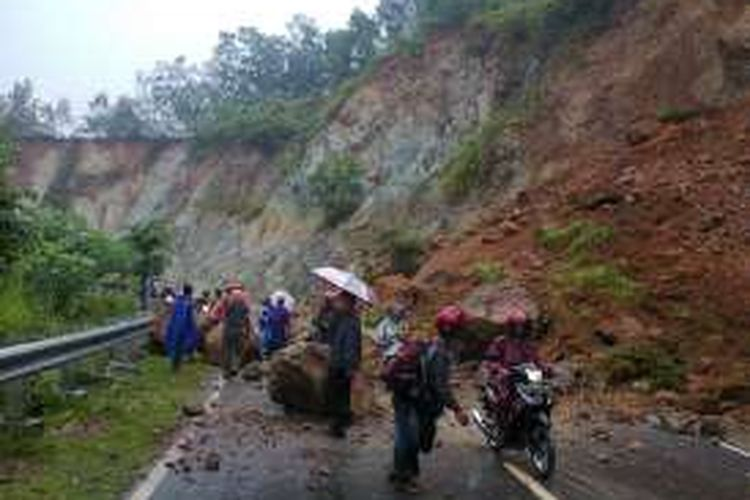 Inilah kondisi tanah longsor yang menutup jalan Pacitan-Ponorogo di dusun Dege, Ngreco,  Tegalombo, Pacitan, Rabu (2/10/2016).