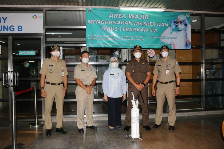 Kepala Kejaksaan Negeri (Kejari) Jakarta Pusat Riono Budi Santoso saat meminjamkan kendaraan operasional untuk pengisian  tabung oksigen di RSUD Tarakan, Jakarta Pusat, Senin (12/7/2021) pagi.