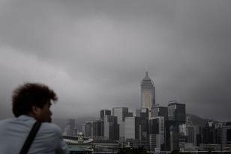 Awan gelap akibat Topan Utor terlihat jelas di atas gedung-gedung pencakar langit di kota Hong Kong, China, Rabu (14/8/2013).