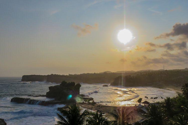 Pantai Klayar yang terkenal di Pacitan.