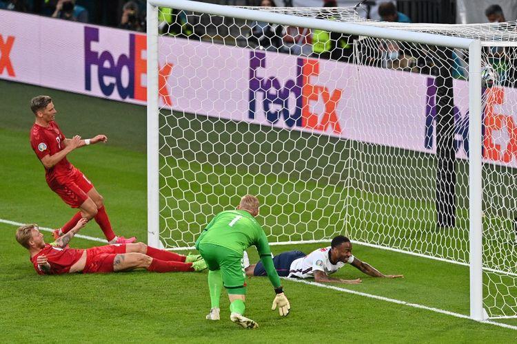 Kiper Denmark Kasper Schmeichel bereaksi setelah bek Simon Kjaer mencetak gol bunuh diri di bawah tekanan Raheem Sterling pada laga semifinal Euro 2020 di Stadion Wembley, London, pada Kamis (8/7/2021) dini hari WIB.