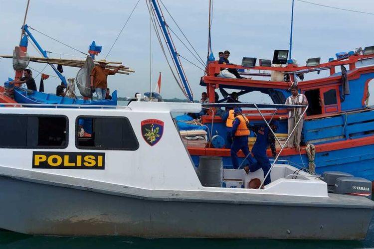Polisi merazia kawasan laut di Idi, Kecamatan Idi Rayeuk, Aceh Timur, Minggu (25/4/2021)