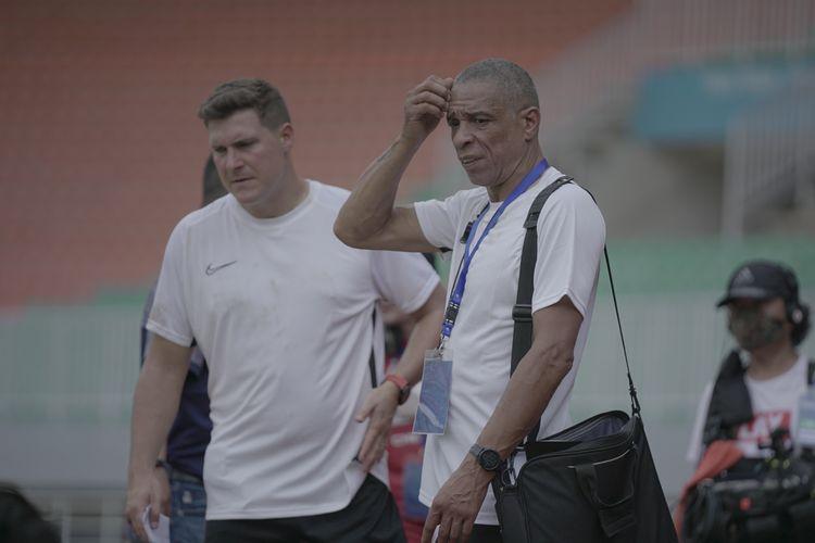 Kepala Tim Pelatih Garuda Select, Des Walker, saat memantau jalannya seleksi di Stadion Pakansari, Kamis (29/10/2020).