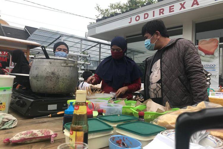 Suasana Pasar Rakyat yang digelar warga RT 09 RW 11 Kelurahan Cisaranten Kulon, Kecamatan Arcamanik, Kota Bandung. Pasar Rakyat yang menggunakan standar Covid-19 ini bertujuan untuk menggeliatkan perekonomian warga dalam skala mikro.