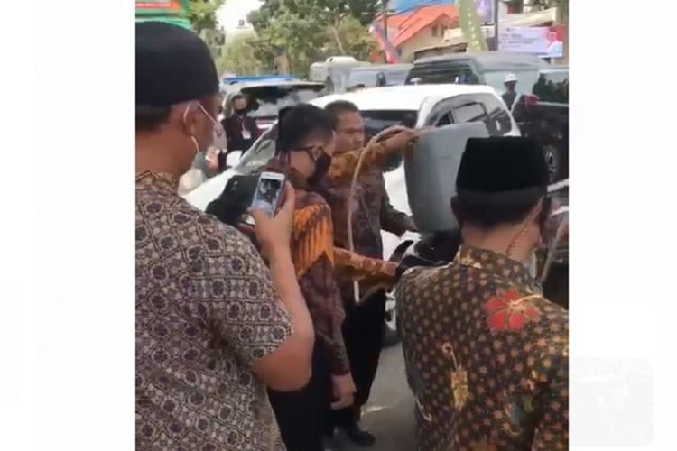 Tangkapan layar video yang memperlihatkan mobil Wakil Presiden diisi bensin pakai jeriken dalam kunjungan kerja di Sukabumi pada Rabu (8/7/2020).