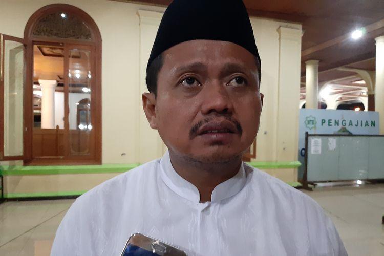 Bupati Sumedang H Dony Ahmad Munir usai salat tarawih di Masjid Agung Sumedang, Jawa Barat, Minggu (5/5/2019). AAM AMINULLAH/KOMPAS.com