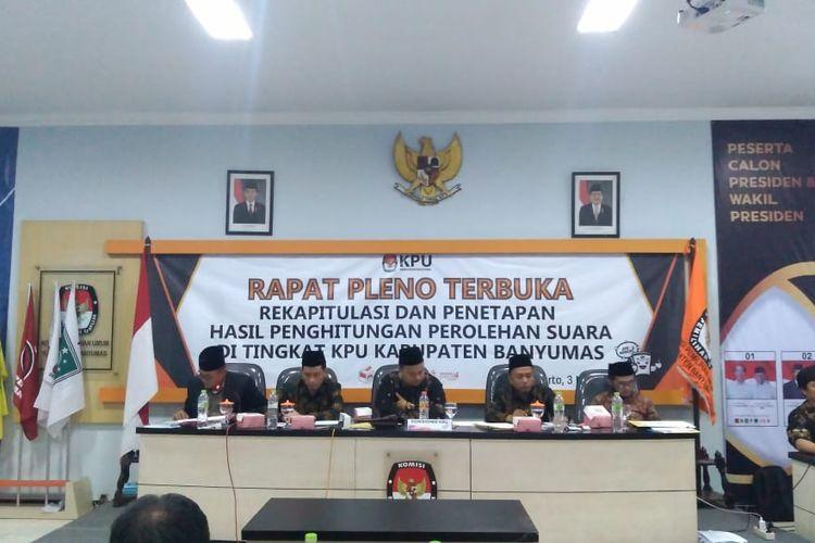 Rapat pleno terbuka rekapitulasi dan penetapan hasil penghitungan suara di Kantor KPU Banyumas, Jawa Tengah, Jumat (3/5/2019) malam.
