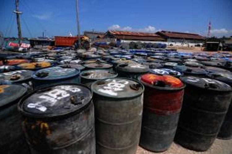 Drum berisi solar dan premium belum terangkut di pelabuhan Kalianget karena cuaca ekstrem.