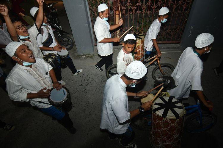 Peserta lomba musik sahur memainkan alat musik sambil berkeliling untuk membangunkan warga bersahur di Palu, Sulawesi Tengah, Jumat (23/4/2021) dinihari. Lomba yang rutin digelar setiap tahunnya dan diikuti oleh kelompok remaja masjid se Kota Palu tersebut bertujuan untuk mempererat tali silaturahmi antar warga khususnya pemuda serta menjadi salah satu gelaran wisata religi di Kota tersebut pada bulan Ramadhan. ANTARA FOTO/Mohamad Hamzah/foc.