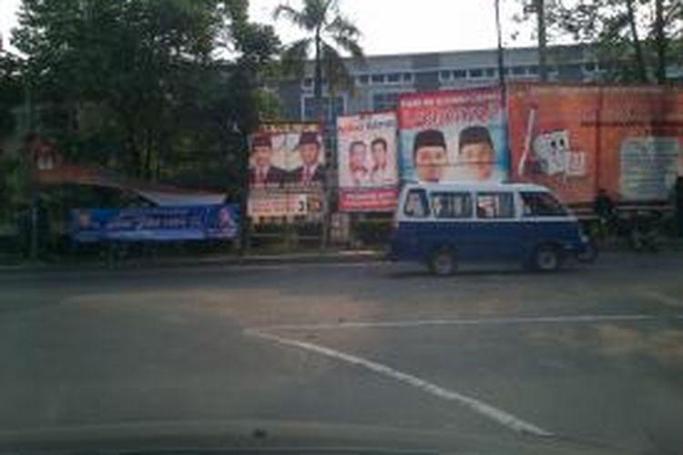 Baliho bergambar pasangan bakal calon wali kota dan wakil wali kota Tangerang di pasang di Jalan Imam Bonjol, Tangerang, seperti terlihat pada Sabtu (3/8/2013).