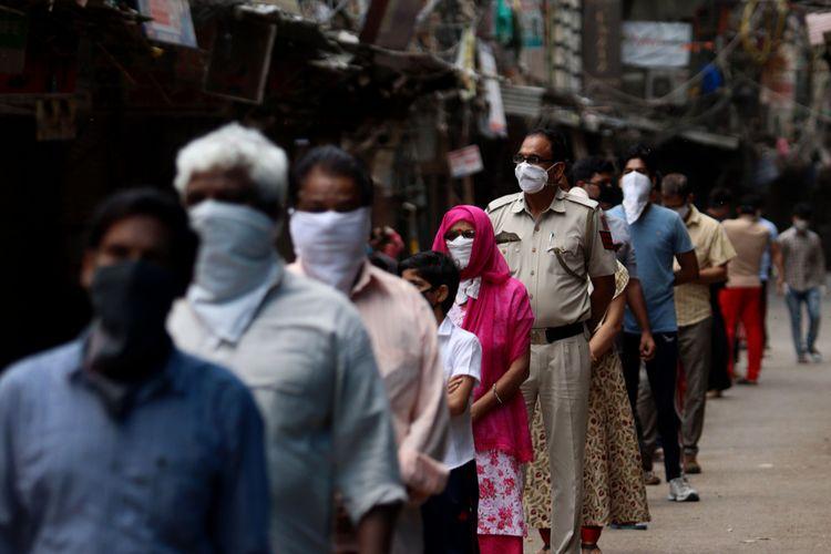 Antrean warga di Delhi India. Kasus infeksi di daerah tersebut termasuk yang tinggi di India.