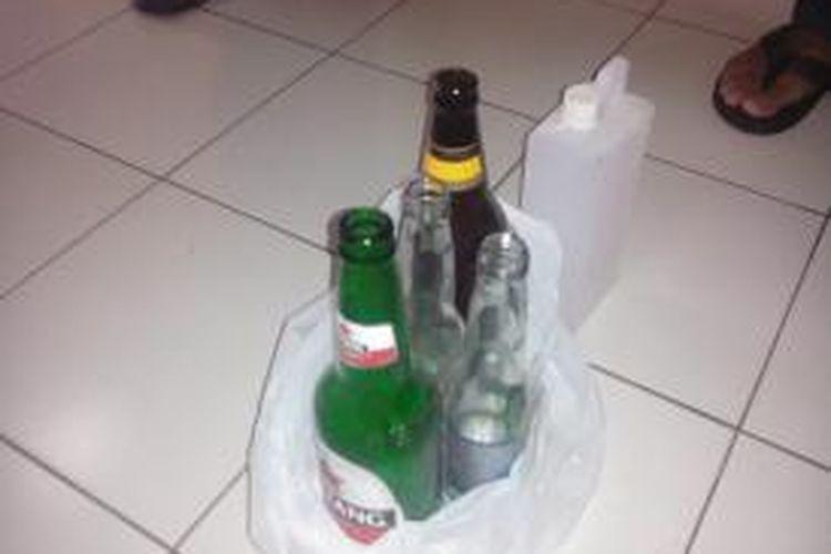 Botol minuman keras yang disita dalam kasus kematian dua pekerja bangunan sebuah rumah di kawasan Pulomas, Kecamatan Pulogadung, Jakarta Timur. Selasa (8/7/2014).