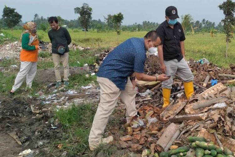 Petugas tengah memeriksa lokasi pembuangan limbah IPAL di kawasan jalan lingkar timur Cianjur, Jawa Barat. Sebuah truk kedapatan membuang limbah pabrik asal Bandung Barat.