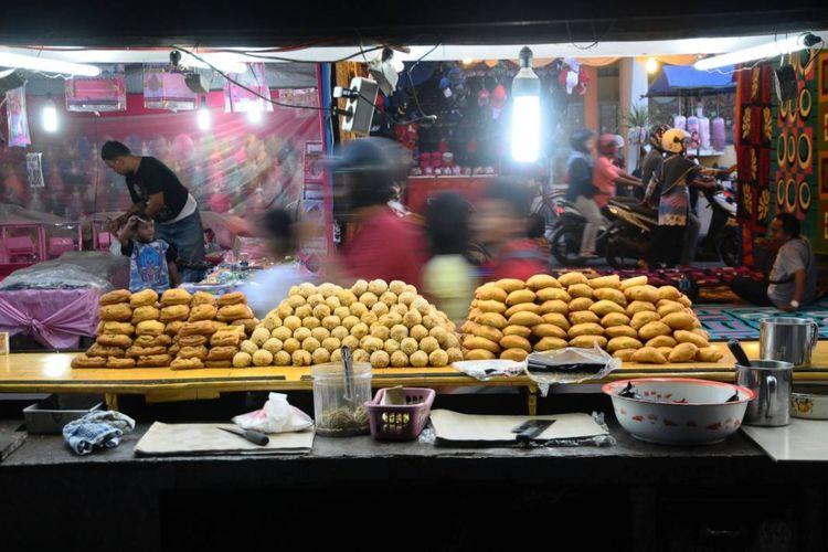 Pedagang menggelar dagangan saat tradisi Dandangan di ruas Jalan Sunan Kudus, Kudus, Jawa Tengah, Jumat (26/5/2017) sore. Tradisi menyambut bulan Ramadhan dengan beraneka macam kebutuhan rumah tangga diikuti ratusan pedagang dari berbagai kota itu merupakan tradisi sejak masa Sunan Kudus.