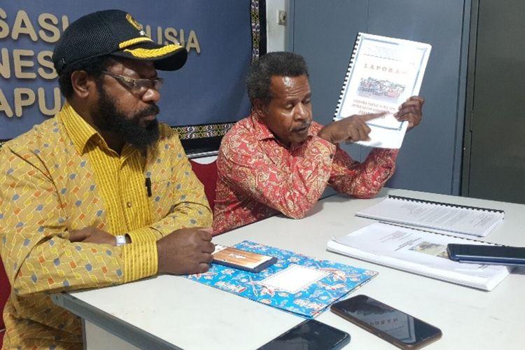 Direktur Yayasan Keadilan dan Keutuhan Manusia Papua Theo Hesegem (kanan) dan Ketua DPRD Nduga Ikabus Gwijangge, Jayapura, Papua, Senin (31/8/2020)