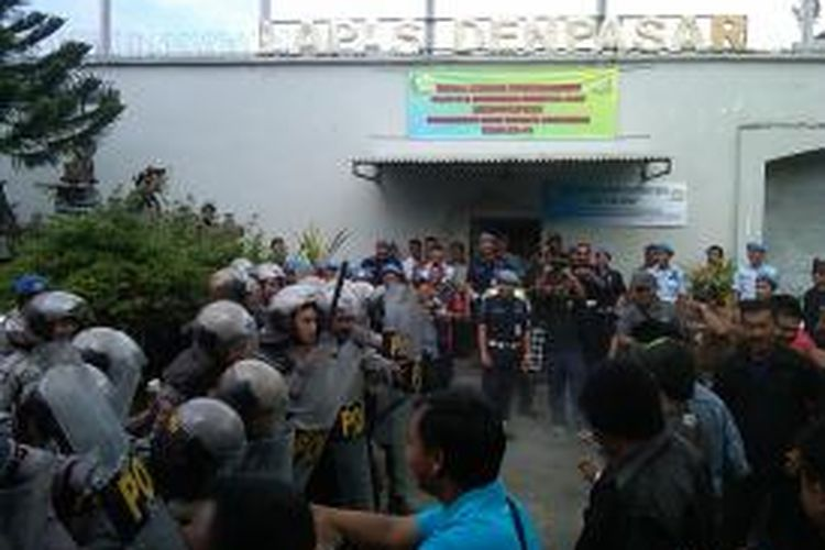 Anggota Dalmas Polres Badung sedang menghalau perusuh saat simulasi kerusuhan di Lapas Kerobokan Denpasar, Jum'at (26/7/2013).