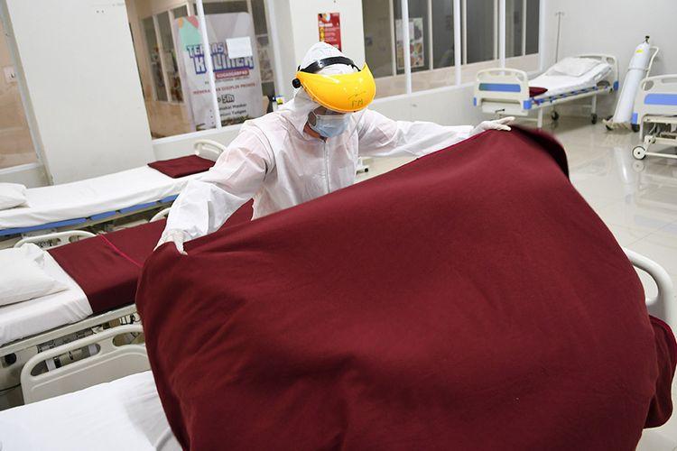 Petugas merapikan tempat tidur saat menyiapkan ruangan perawatan pada Tower 8 Rumah Sakit Darurat COVID-19 (RSDC) Wisma Atlet Pademangan, Jakarta, Selasa (15/6/2021). Satuan tugas penanganan COVID-19 bersama Pemerintah Provinsi DKI Jakarta akan membuka tower 8 RSDC Wisma Atlet Pademangan dengan menyediakan tempat perawatan bagi pasien terkonfirmasi positif COVID-19 sebanyak 1.569 tempat tidur.