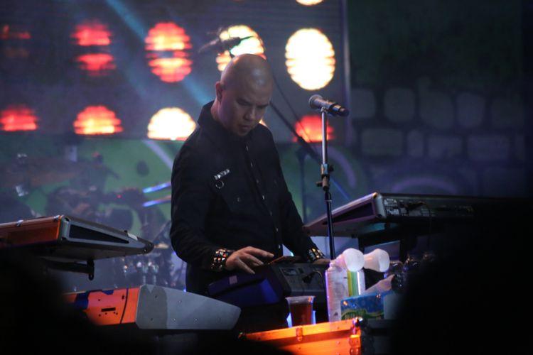 Dewa 19 feat Ari Lasso saat tampil di acara The 90s Festival, Gambir Expo, Jakarta Utara, Sabtu (25/11/2017). Festival ini menghadirkan sejumlah musisi yang hits di era 90-an diantaranya adalah Sixpence None The Richer, KLa Project, The Groove, Bragi, P-Project, Potret, Neo dan lain-lain.