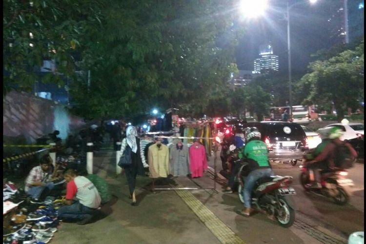 Para pedagang kaki lima (PKL) memadati trotoar Jalan Sudirman, dekat Halte Bendungan Hilir, Jakarta Pusat, Selasa (30/1/2018).