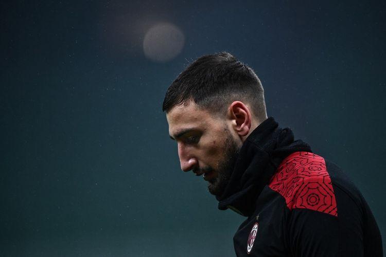 Kiper AC Milan, Gianluigi Donnarumma, saat hendak beraksi pada laga Liga italia 2020-2021.