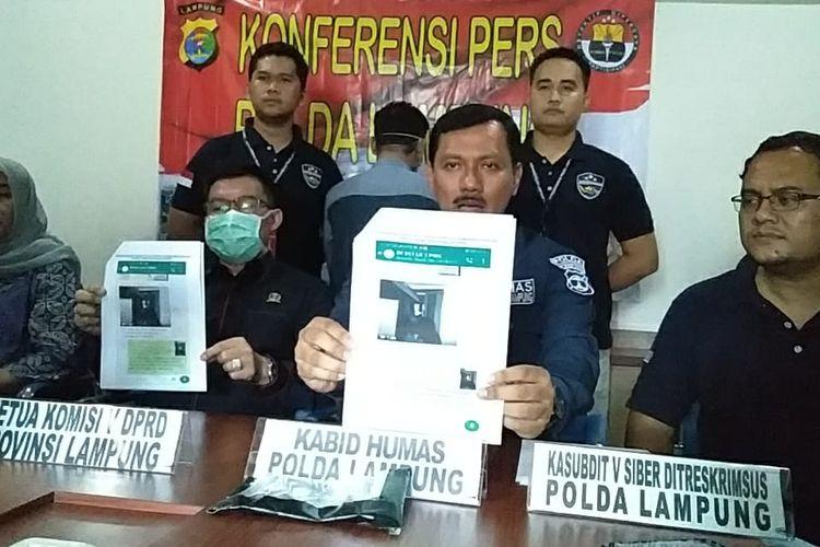 Kabid Humas Polda Lampung, Kombes Zahwani Pandra Arsyad menunjukkan screenshot video hoaks pasien positif 01 Lampung meninggal dunia, Rabu (25/3/2020).