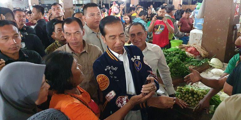 Presiden Joko Widodo blusukan ke salah satu pasar tradisional di Medan, Sabtu (16/3/2019).
