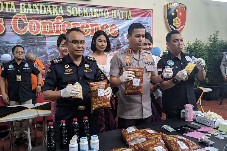 Barang bukti daun Khat diperlihatkan ke awak media di Polres Bandara Soekarno-Hatta, Kamis (13/2/2020)