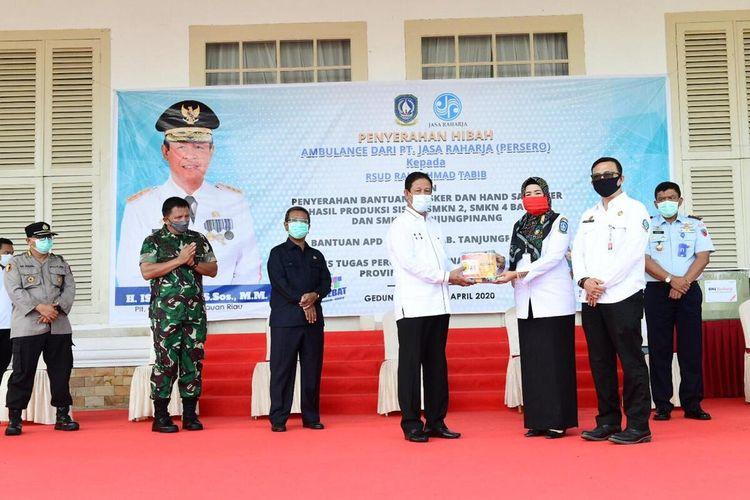 Plt Gubernur Kepulauan Riau (Kepri) Isdianto mengaku hingga saat ini Kepri masih siaga darurat virus corona atau Covid-19. Untuk itu dirinya mengajak seluruh stakeholder yang ada, untuk bersama-sama peduli terhadap pandemi Covid-19 agar status siaga bisa kembali normal.