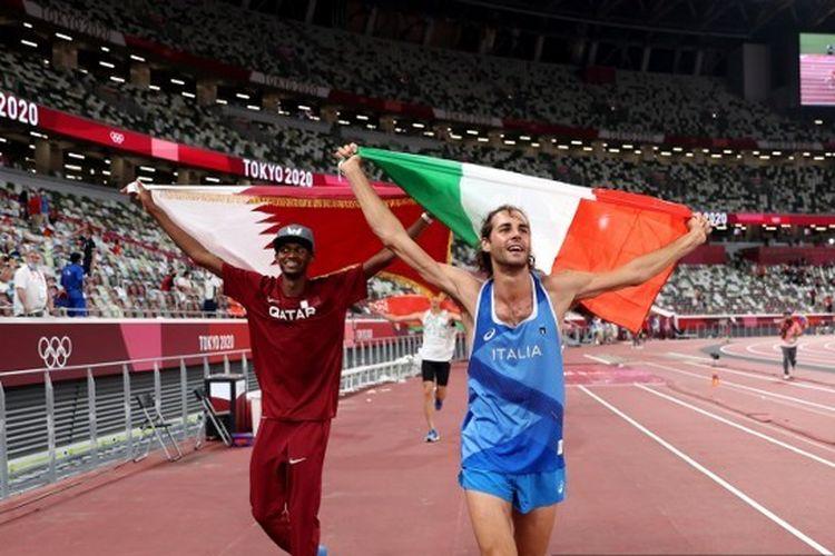 Mutaz Essa Barshim (Qatar) dan Gianmarco Tamberi (Italia) berselebrasi di lintasan setelah sama-sama meraih emas dalam final Lompat Tinggi Putra di Olimpiade Tokyo 2020.