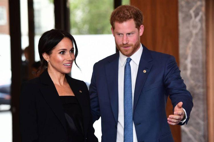 Meghan Markle (kiri) dan Pangeran Harry (kanan) saat acara WellChild Awards, London. Meghan tampil dengan busana androgini, lengkap dengan anting khusus pemberian dari Ratu Inggris, Elizabeth.