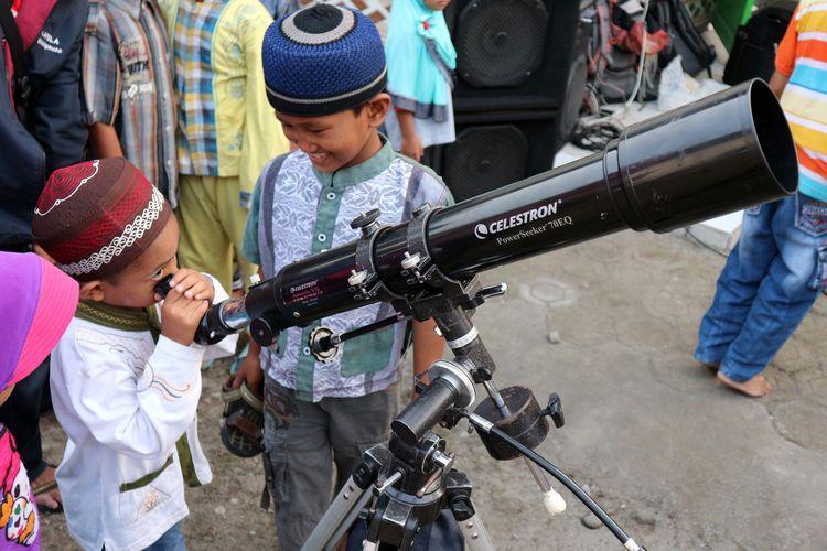 Anak-anak TPQ Darul Ilmi di Dusun Kedondong Desa Blimbing Kesamben Kabupaten Jombang Jawa Timur, belajar mengamati benda-benda langit menggunakan teropong, Sabtu (11/5/2019) petang.